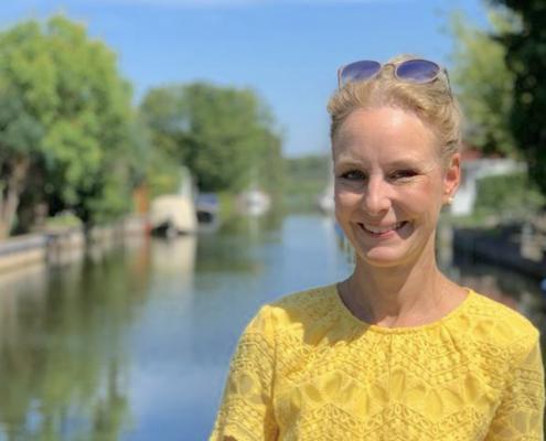 Monika im gelben Kleid am Fluss
